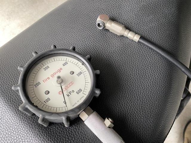 画像: 旭産業 ぬきボタル(AD-206MC) 文字通り「抜く」専用のゲージ。空気入れで空気を多めに足して、減らしながら調整する。そんな使い方ですね。