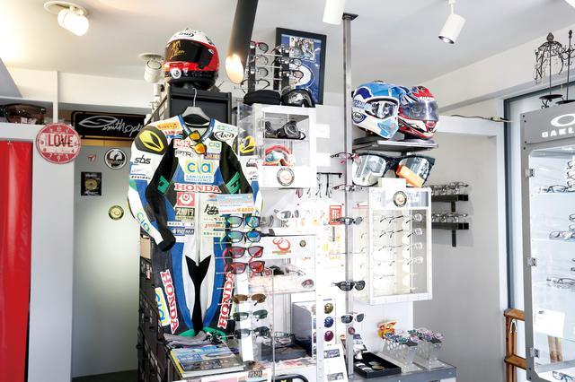 画像: 店内にあるライダー専用メガネのコーナー。ライディングアイウエアはレース中にメガネがズレることを許さないロードレースやモトクロスのライダー、他のスポーツ選手からも絶大な信頼を得ている。