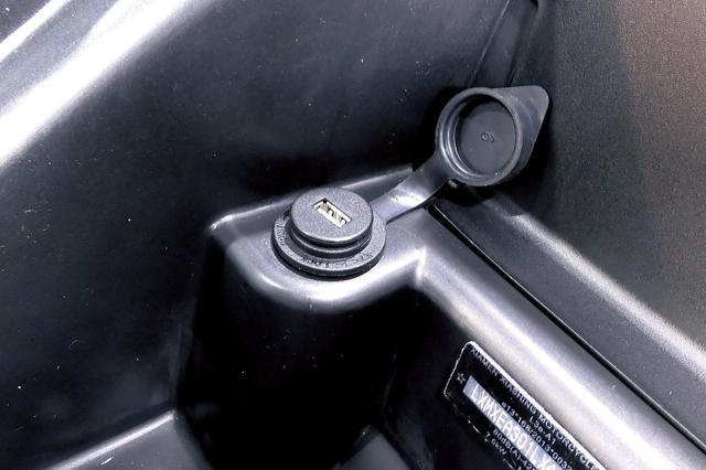 画像: シート下にUSBポートも標準で装備されているのが嬉しいですね。スマートフォンなどの充電に便利です。
