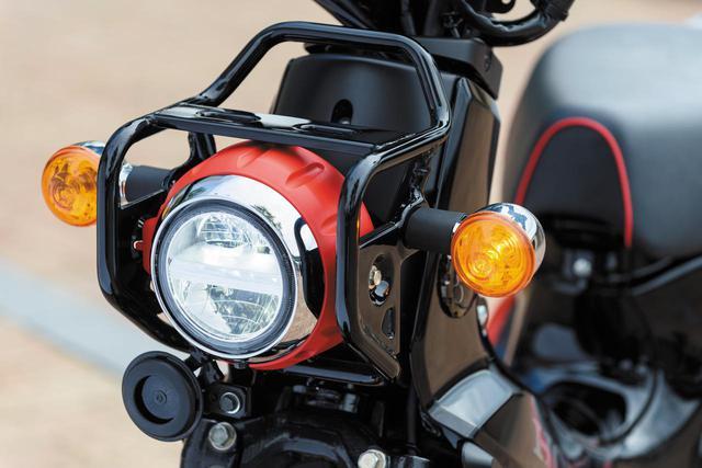 画像: 丸目のLEDヘッドライトを守る、無骨なクロスカブ専用デザインのヘッドライトガードを装着。レクリエーショナルビークル的な、クロスカブのスタイリングの重要なアクセントにもなっています。