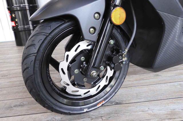 画像: タイヤは50cc、125cc共にスクーターとしてはやや大きめの前後12インチが採用されています。フロントブレーキには226mmのディスクブレーキが装備され、125ccはフロントとリアが同時にかかるコンビブレーキになっています。(写真はOrbit Ⅲ 50)