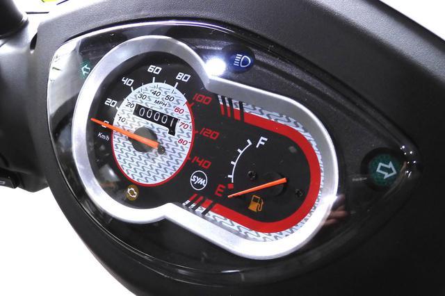 画像: インターパネルはアナログ速度メーターとガソリンメーターが装備され、すっきりと見やすい仕様となっています。(写真はOrbit Ⅲ 50)