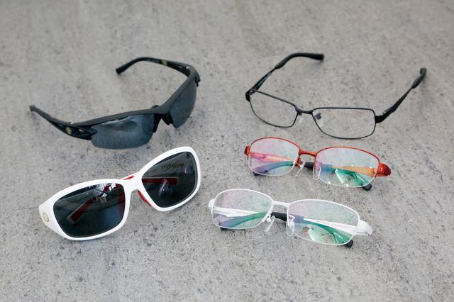 画像: ライディングアイウエアは標準的な日本人男性サイズの【Ride】と【Ride2.0】、小顔の男性および女性、SまたはXSサイズのヘルメットに対応する【Ride Evo】の3種類。9色のフレームカラーがあり、遠視、近視、乱視を含めた単焦点レンズのほか、遠近両用タイプも選択できる。サングラスはスポーティな【ヘリウムRX】(写真左上)とファッション性の高い【ハイドライド】の2種類で、こちらも度付きレンズと組み合わせ可能だ。