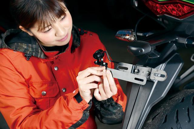 画像: メインブラケットは幅170㎜×高さ25㎜。カメラ固定と位置調整に便利な汎用L字型ステーとカメラベース取り付け用のボルト/ナットも付属している。