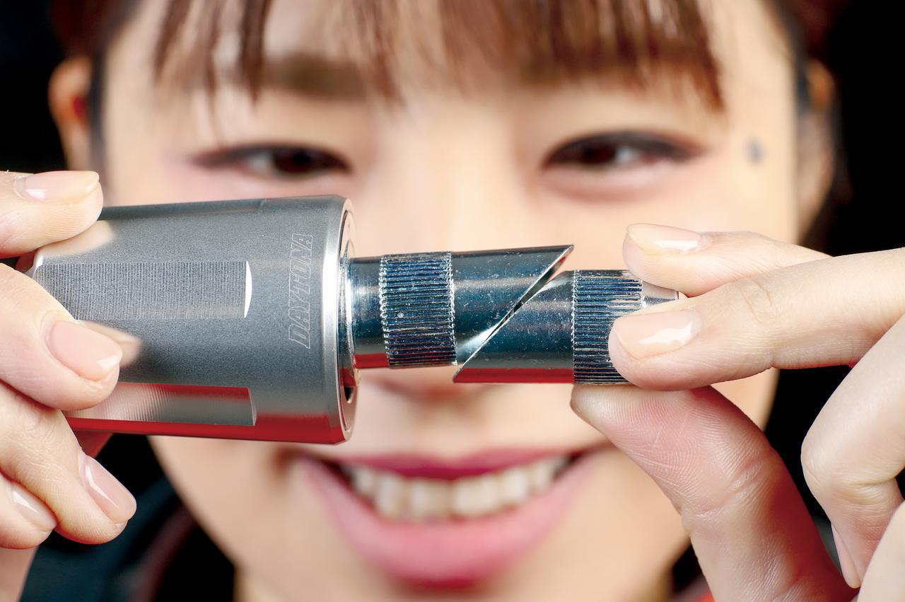 画像: 先端のボルトを締め込むとカラーの斜め部分がせりあい、ハンドルパイプ内側に押しつけて固定される。対応する内径は17〜19㎜。
