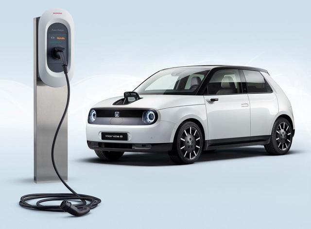 画像: 「Honda Power Charger」と電気自動車「Honda e」。