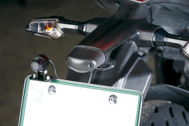 画像: すべてのオートバイ用ナンバープレートに装着可能。ブラケット側は横方向の長穴になっているのでカメラ位置の左右調整もできる。