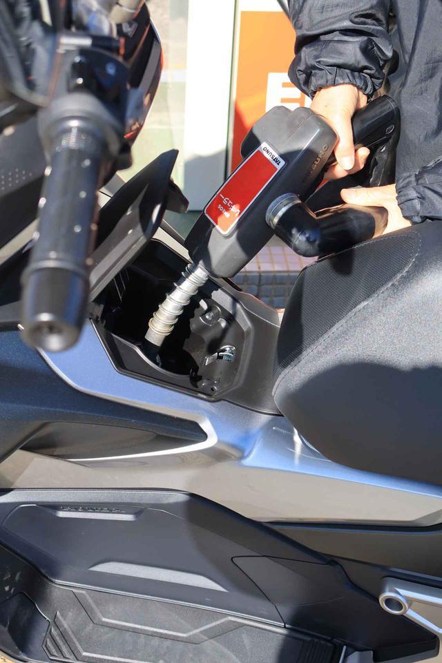 画像: 数少ないウィークポイントだと思ったのが給油口の見えにくさ。フタの陰になりやすく、満タンが分かりにくい。ガソリンスタンドの店員さんもちょっと困っていました(汗)。
