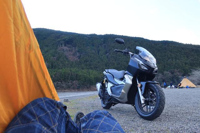 画像: テントの中からバイクを眺める至福の時。完全に自己満足ですが、この旅一番のお気に入り写真です。