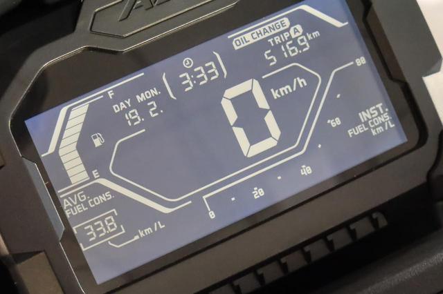 画像: 反転液晶のデジタルメーターは多機能。日付まで表示される!