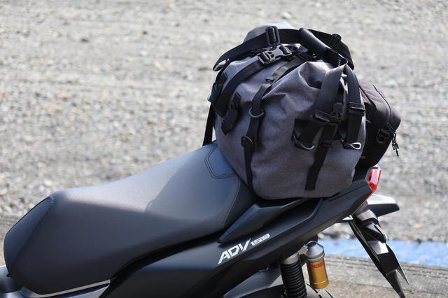 画像: 積載したバッグはTTPLの「ツーリングバッグ touring25」(税込12,639円)。 メイン気室は完全防水設計。後ろついている黒いポーチもセットです。モーターマガジン社のウェブショップ「MM Style」でも販売しております。 mm-style.jp