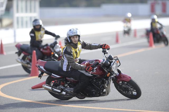 画像: 日が傾いてきたラスト1時間、明らかに走りが変わった! バイクがかなり寝てる!!