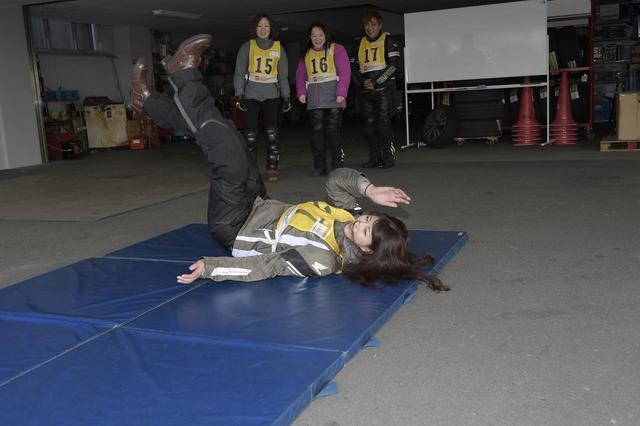 画像: 体操の後、万が一の転倒に備えて転がる練習もします。柔道のような受け身を取るのではなく、ゴロゴロっと転がるのが怪我を最小限に抑える秘訣のよう。