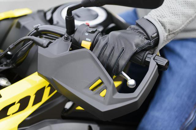 画像: スズキのVストローム250/ABSはナックルガードを標準装備している 写真:松川忍