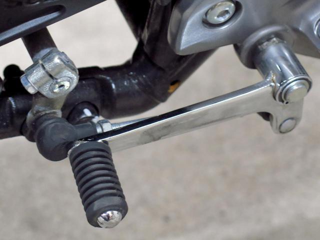 画像: 低速での転倒により、押し付けられてしまったチェンジペダル