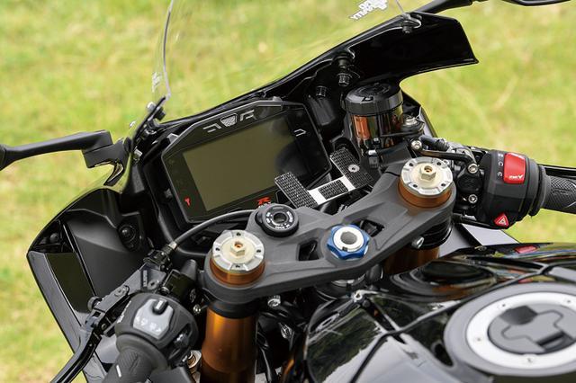 画像: フロントマスターシリンダーはブレンボラジアル、ワイヤ式のクラッチホルダーはゲイルスピード。レバーガードも備える。