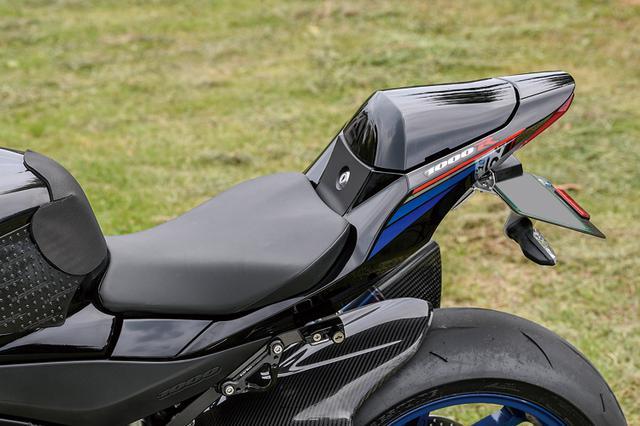 画像: シートには純正オプションのシングルシートカバーを装着。フロントフェンダーとリヤのインナーフェンダーはマジカルレーシングのカーボン製をチョイスした。