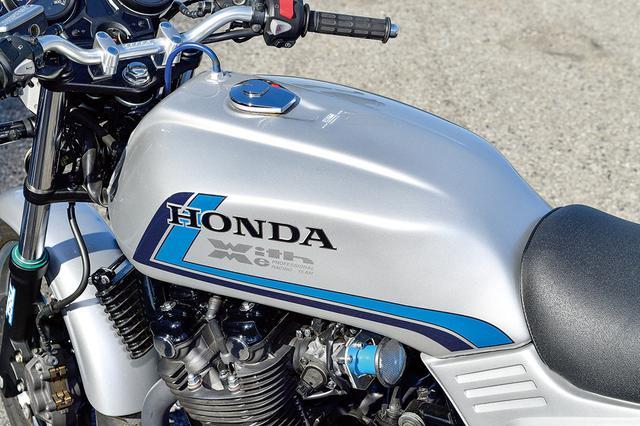 画像: CB-Fのスリムロング感をCB1100に投影する燃料タンクはアルミ製で容量16.5ℓ。基本色は純正パターンだが、別料金でオーダー塗装にも対応する。