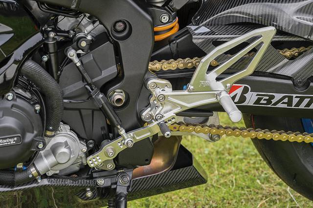 画像: ビレットステップは足のグリップ感および作動の精度も高める。この車両にはオートシフターも装着。アンダーカウルもカーボン製に入れ替えられている。