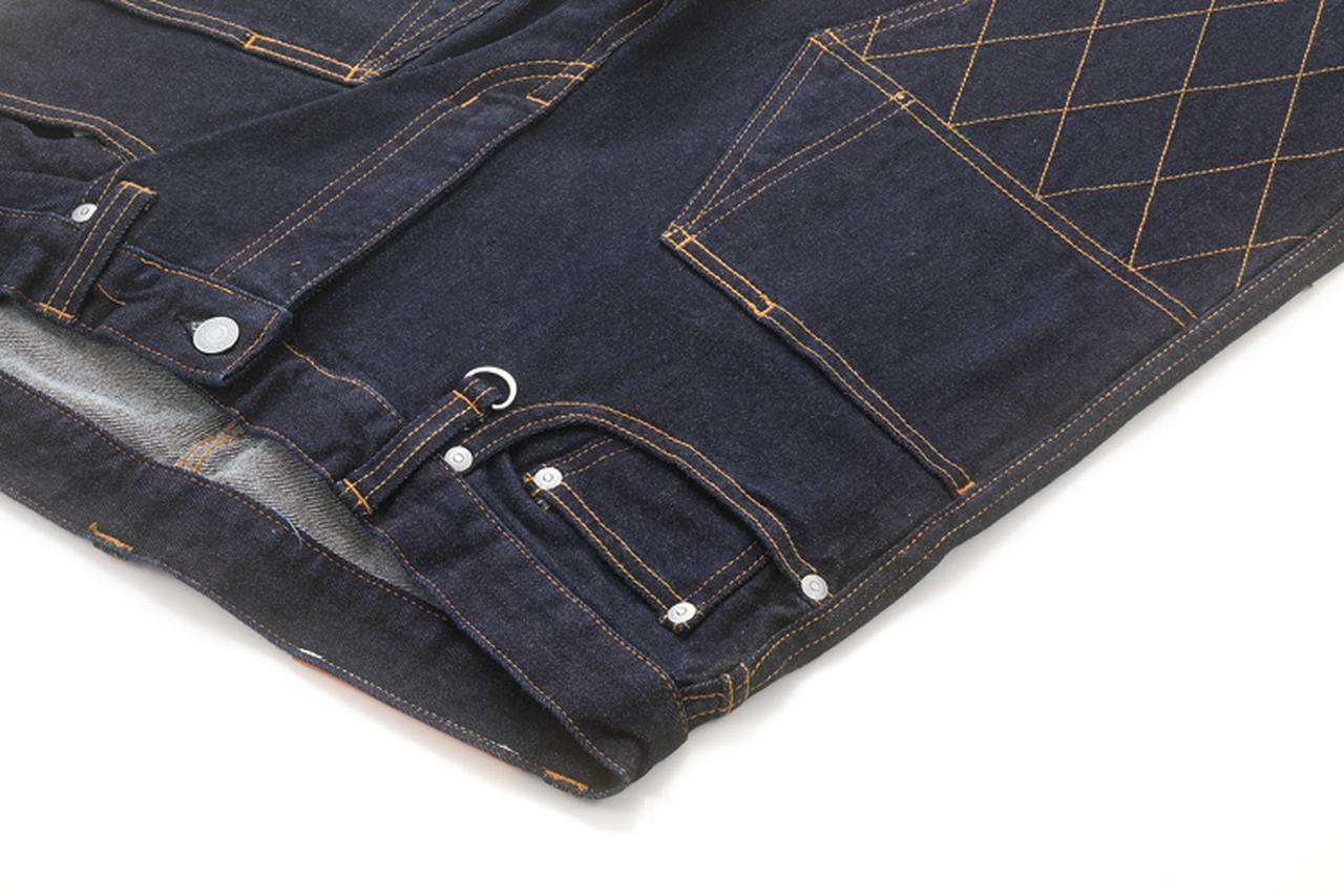 画像: ダブルニー上部などフロントに多く配されたポケット、ベルトループのキーリングの使い方はアイデア次第。