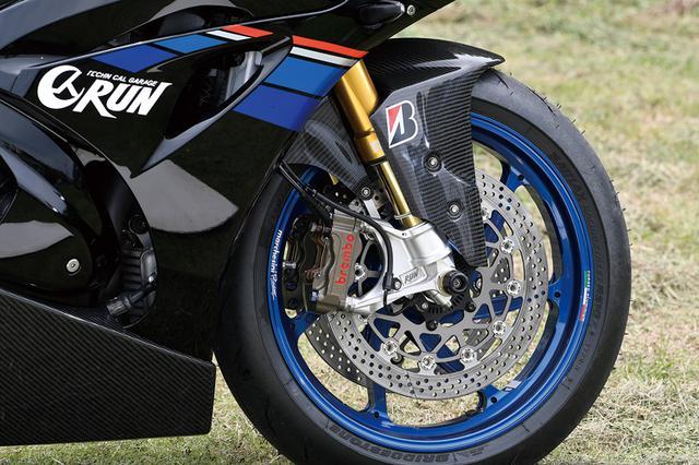 画像: フロントフォークはオーリンズFGRT224で、ブレーキはブレンボ・レーシングラジアル+サンスターWEXディスクの組み合わせ。