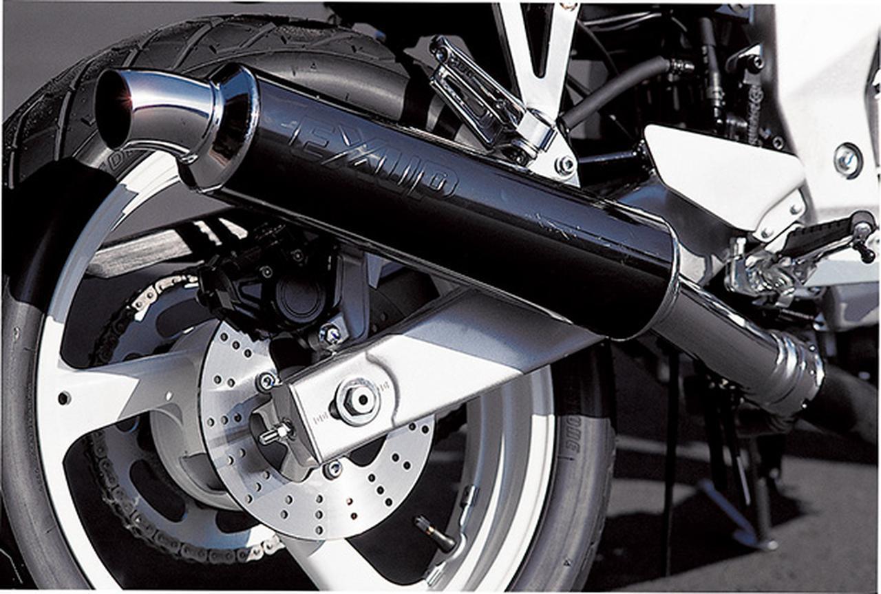 画像: ブラック仕上げのサイレンサーには誇らしげに「EXUP」の文字があしらわれる。