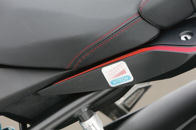 画像: タンク上のコラボレーションラベルと同タイプのものが、シート下のテールカウル側面にも貼付され、スペシャル感を高める。