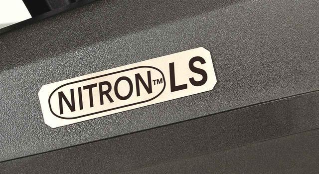 画像: 「ナイトロンLS」ロゴの入ったチタンプレートも装備。タンクにはヨーロッパホンダ純正のタンクパッドも装着される。