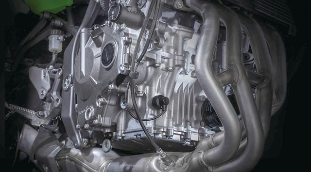 画像: 4気筒ながら、エンジンの幅は思ったよりコンパクトなようだ。アシスト&スリッパークラッチも標準装備されている。