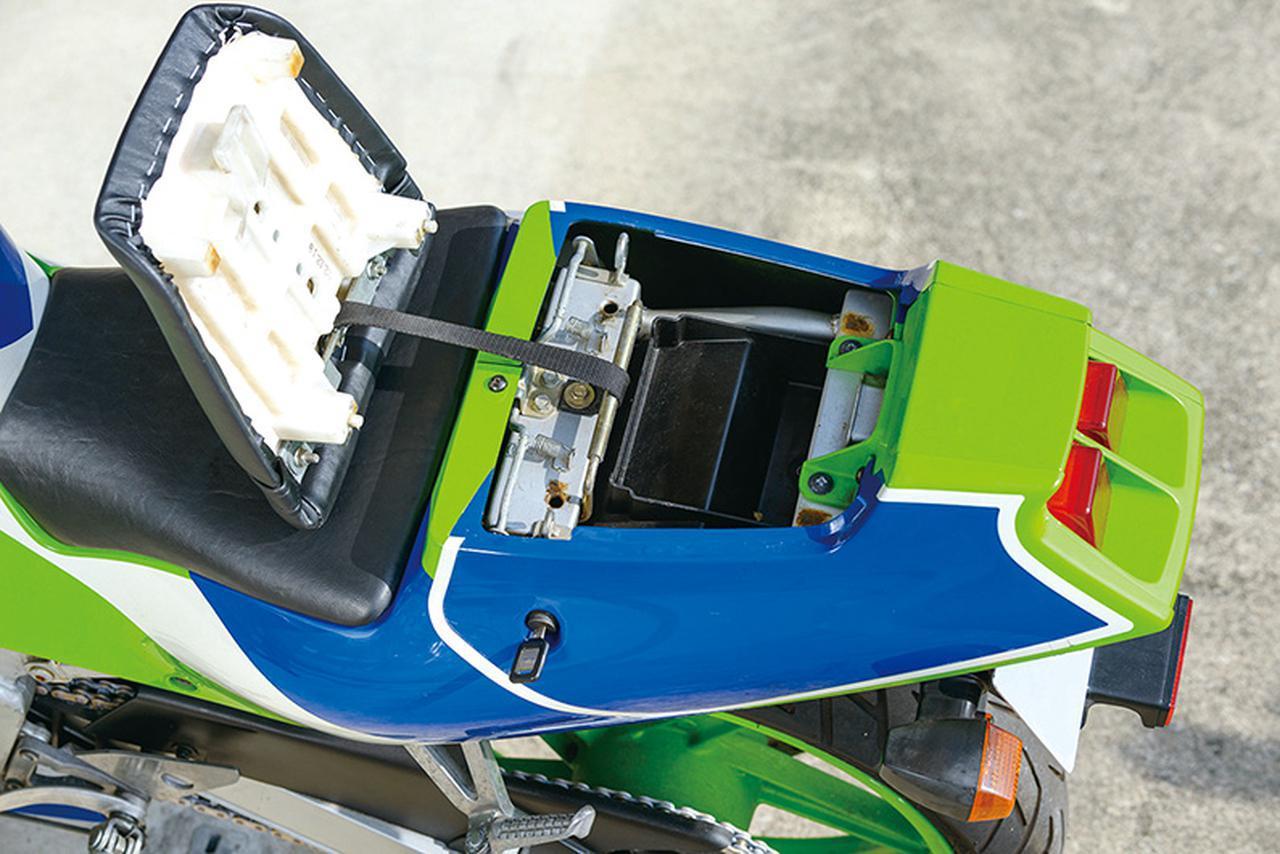 画像: シートはヒンジ式ではないが、脱落防止のベルトつき。かなりの親切設計だ。