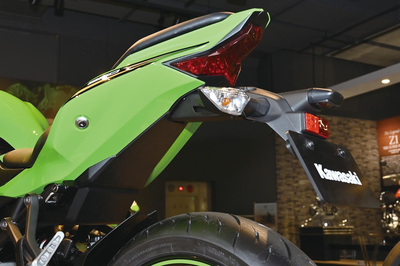 画像: LEDテールランプユニットはZX-10Rと同様のもの。コストを抑えるためか、ウインカーはオーソドックスな電球タイプ。