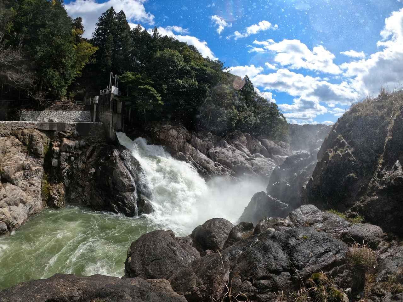 画像: 放水の左側、崖みたいなところがナイアガラ部分。今日は使われてませんでした。