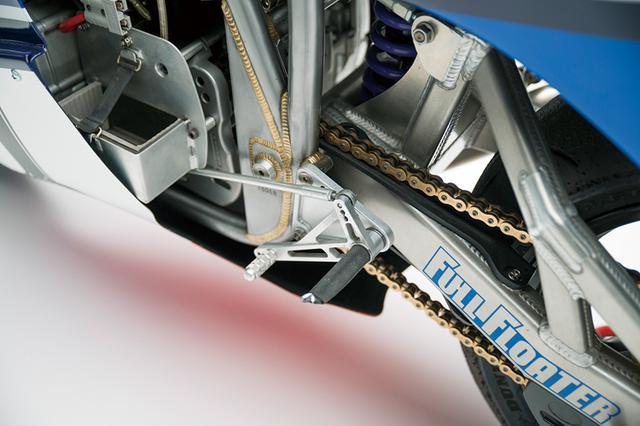 画像: ドライブチェーンはDIDの530サイズ。スイングアームは新作し、サス型式は当時のスズキのモノショック、フルフロータータイプと発表されている。