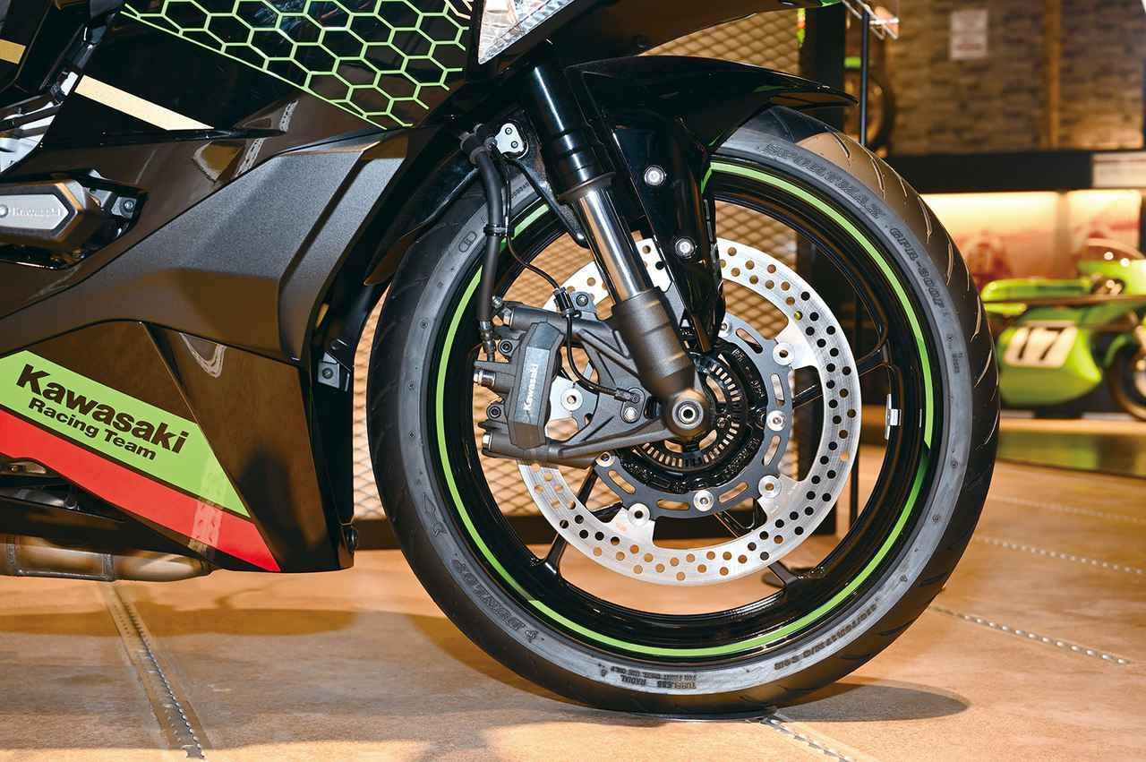 画像: フロントフォークにはショーワのSFF-BP・倒立フォークを採用。ブレーキはラジアルマウントキャリパー。時代の差がここにある。