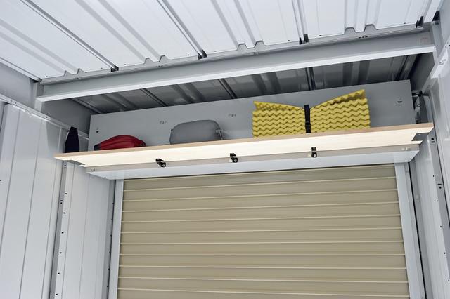 画像: こちらはシャッターカバー裏のデッドスペースに棚が作れるブラケットセット(4500円)を使い、棚製作した作例。天板はユーザーが好みで別途購入することになる。