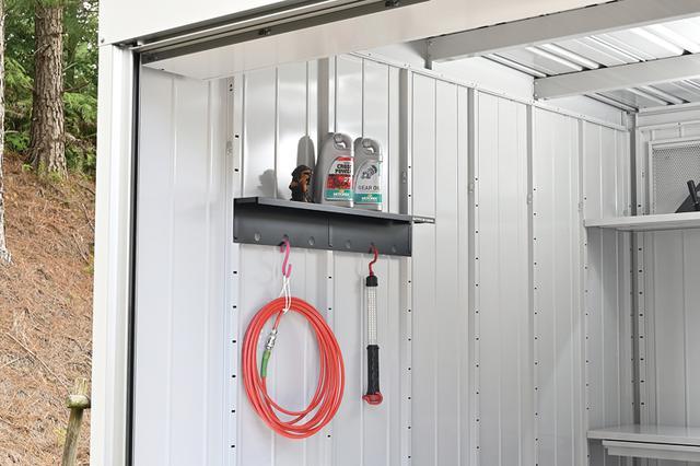 画像: 奥行100mmの薄型ラックは作業中のパーツなど、ちょっとした小物を置くのに便利なアイテム。パネル1枚分のS(5000円)と2パネル分のM(7000円・写真)がラインナップされている。