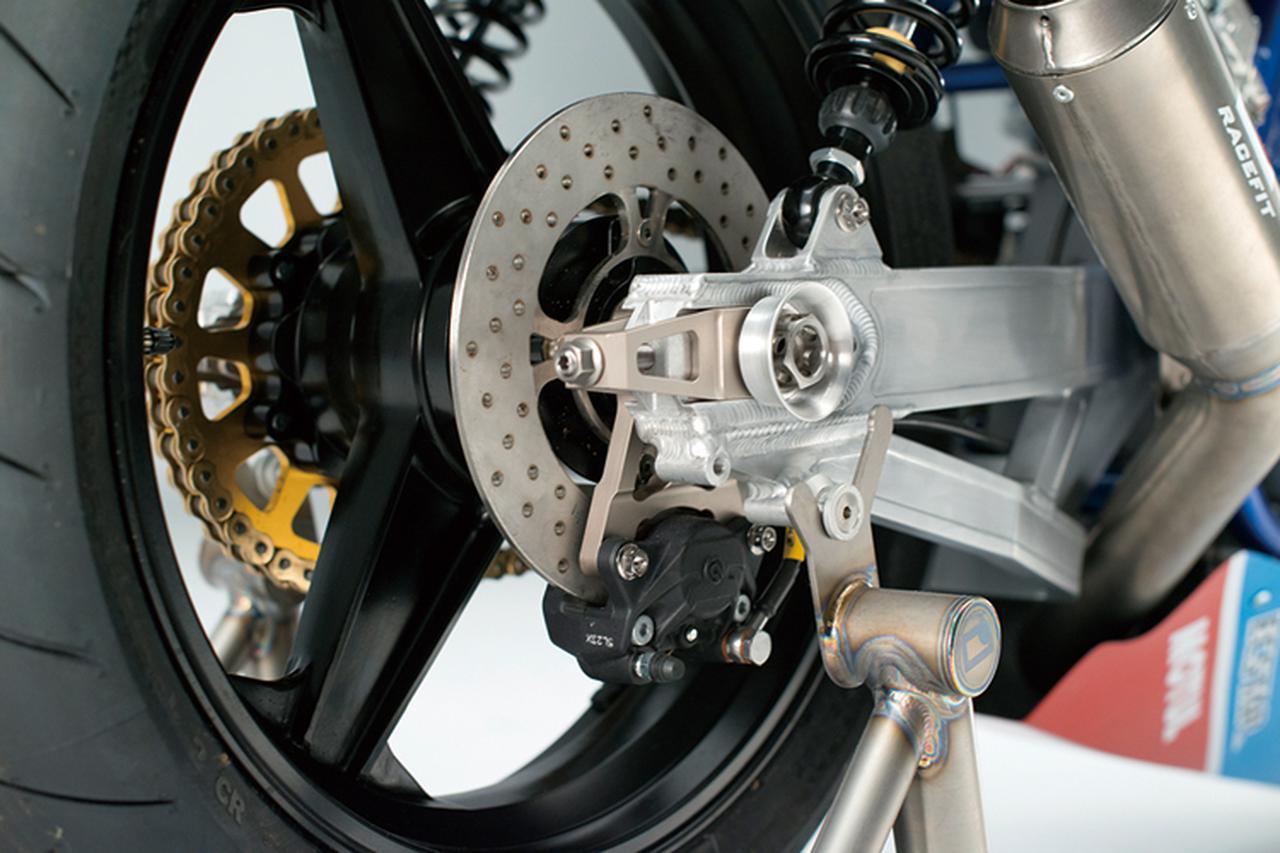 画像: リヤサスはイギリスのK-TECHで、スイングアームも同じくスイート・ファブリケーション製。車体のベースはGSX1100SD='84年型カタナで、フレームはほぼノーマルでありながらヘッドパイプ部は下の補強部を再構成などの追加工を行い、スイングアームピボットは下げられている。