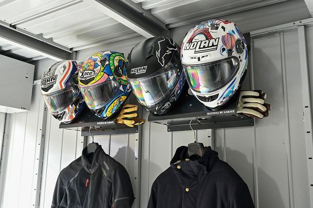 画像: オプションパーツとして2019年秋に追加されたヘルメットラックは、ガレージ上部のデッドスペースを活用。ご覧の通り、ヘルメット2個が掛けられ、棚にはグローブを、下にはウエアが吊れる(7500円)。