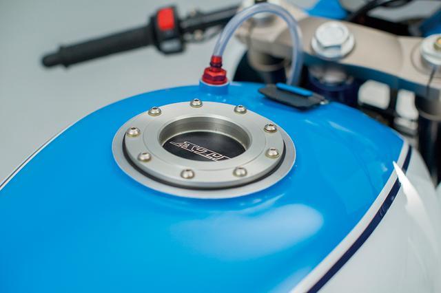 画像: 燃料タンクのキャップはクイックフィラーで給油する耐久仕様。前端のラバーバンドでワンタッチ脱着もできる。