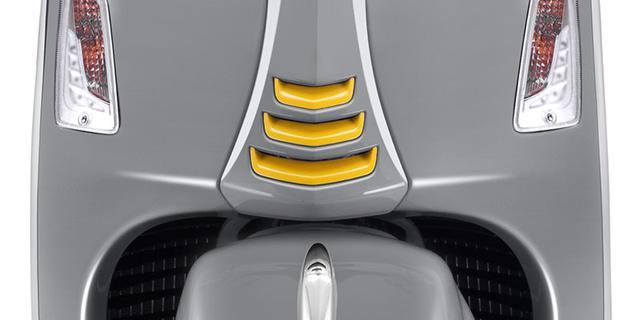 画像: 3本のスリットが特徴的なネクタイデザイン