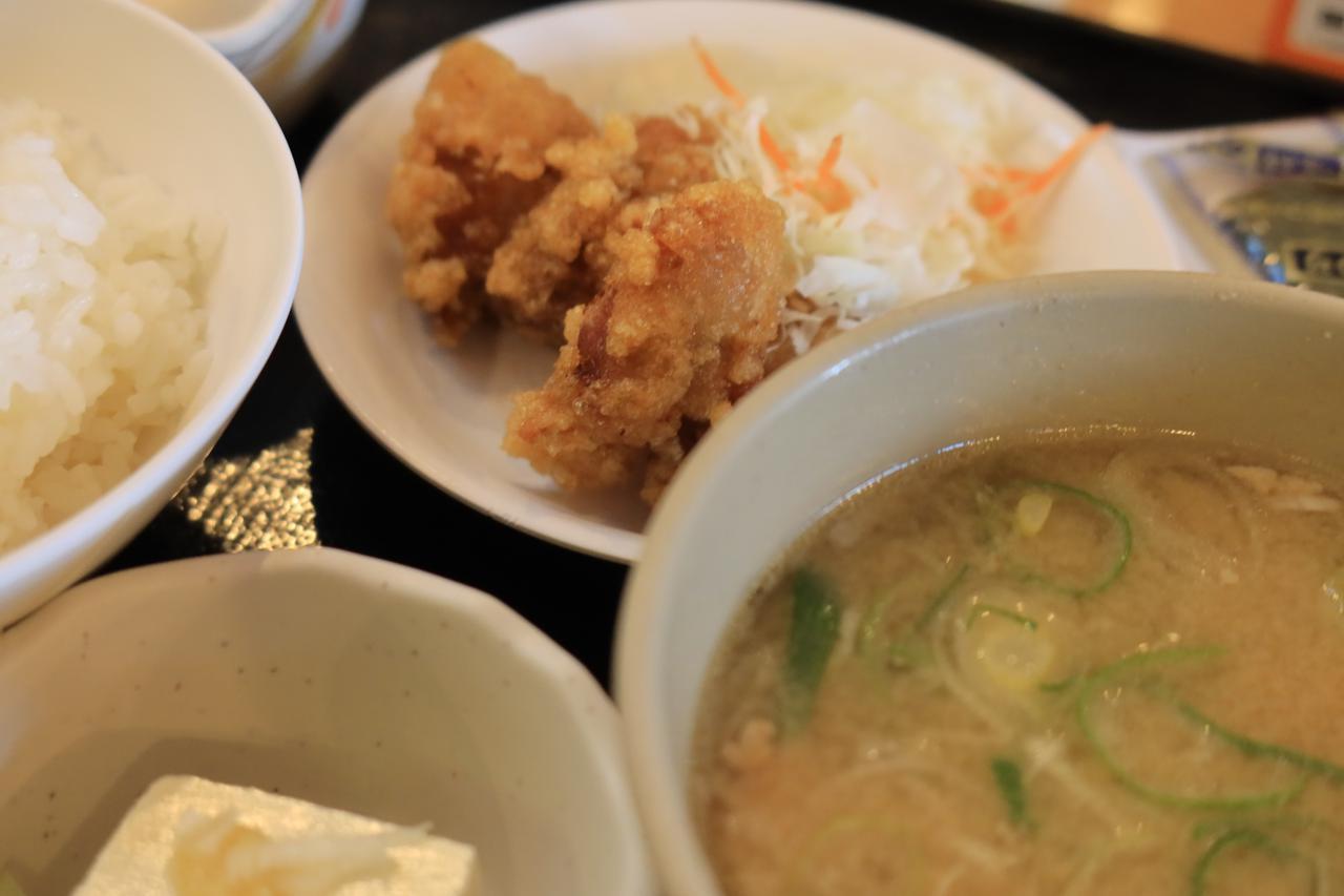 画像: 豚汁定食(から揚げ付)税込730円