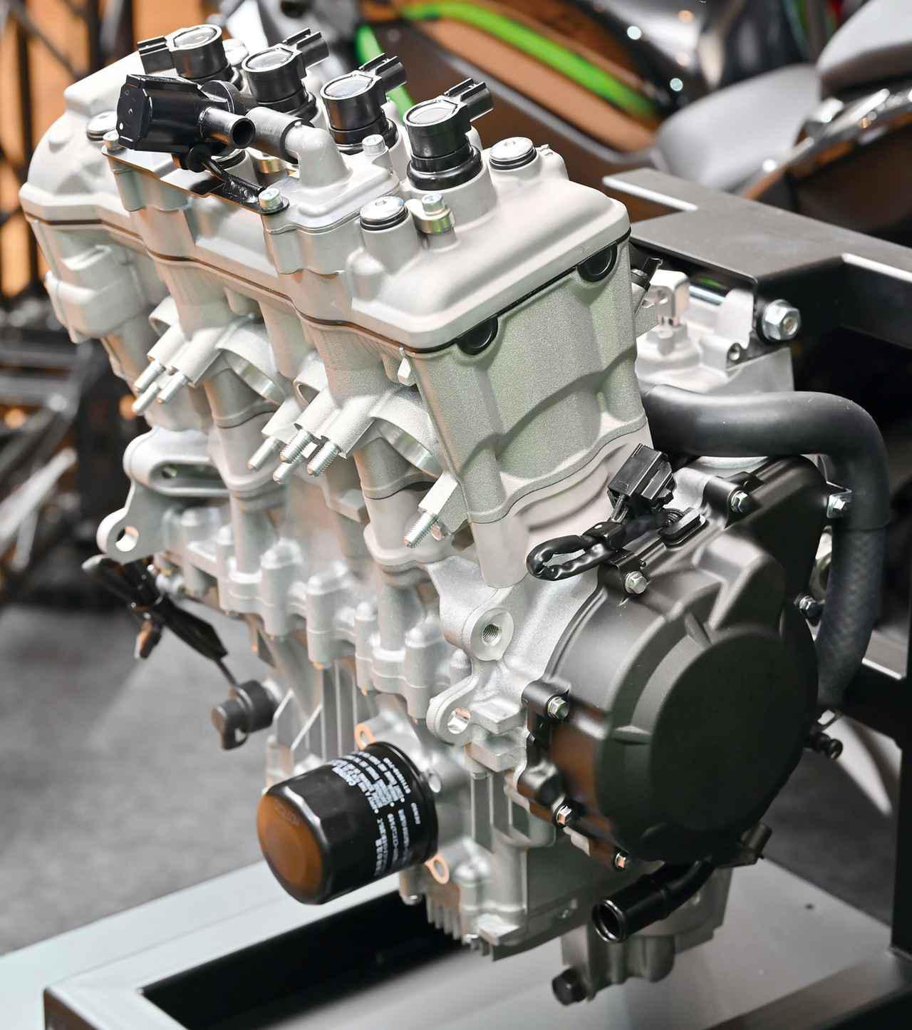 画像: 生産国のインドネシアでは「45PS越え」という噂もある、この250㏄新型4気筒ユニット。カワサキが誇る最新テクノロジーを駆使したこのエンジンの各部を色々見ながら、その狙いを推察してみよう。シリアルナンバーの打刻スペースには打刻はなし。今回展示されたエンジンは量産試作のプロトタイプと思われる。