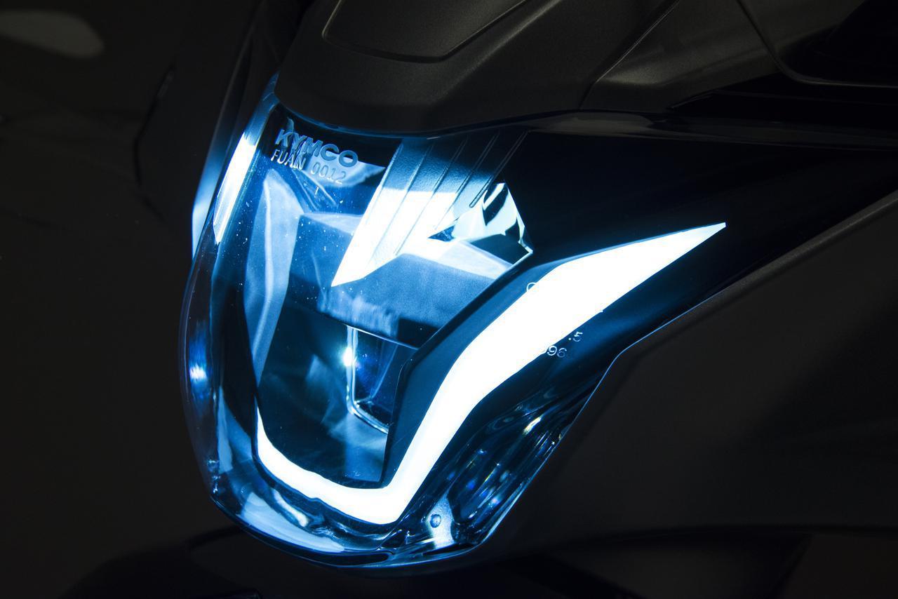 画像: ヘッドライトはLEDで、発光部全体が光る導光式の前後ポジションランプも備わっています。