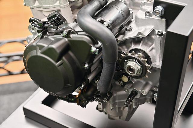 画像: ドライブスプロケットが大きめなのは、高回転型ユニットならでは。エンジンの前後長もかなり短く抑えられているのが分かる。