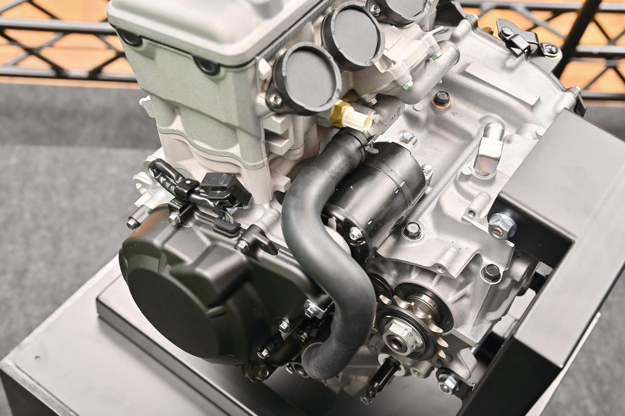 画像: セルモーターはエンジン背後にレイアウト。シリンダーブロックも薄く、ショートストロークであることをうかがわせる。