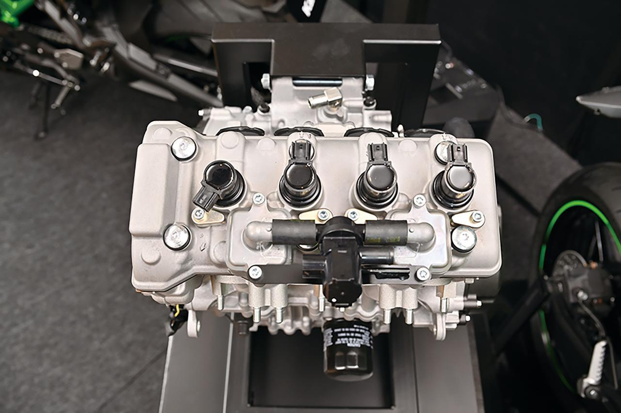 画像: 4つ並んだ黒いキャップはダイレクトイグニッション。ニンジャ250にも採用されているアイテムで、高回転ユニットには不可欠。