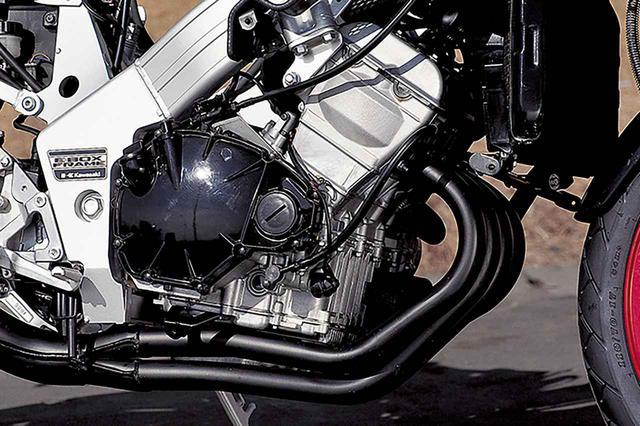 画像: アルボックスフレームに搭載された直4ユニット。こうして見ると現代でも十分コンパクトなエンジンだと言える。