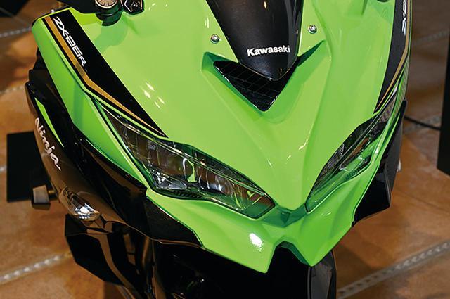 画像: カワサキお得意のセンターラムエア方式を採用。兄貴分であるZX-6Rにも採用されており、フロントマスクはそっくりだ。