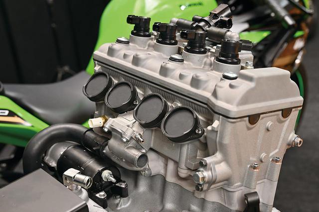 画像: エンジン背後に4つ並んだインテーク部分。ラムエア採用ということもあり、吸気はニンジャ250同様のダウンドラフト式だろう。