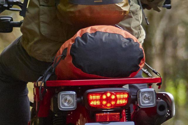 画像: キャンプツーリングなどで役に立つ大型キャリアを標準装備。